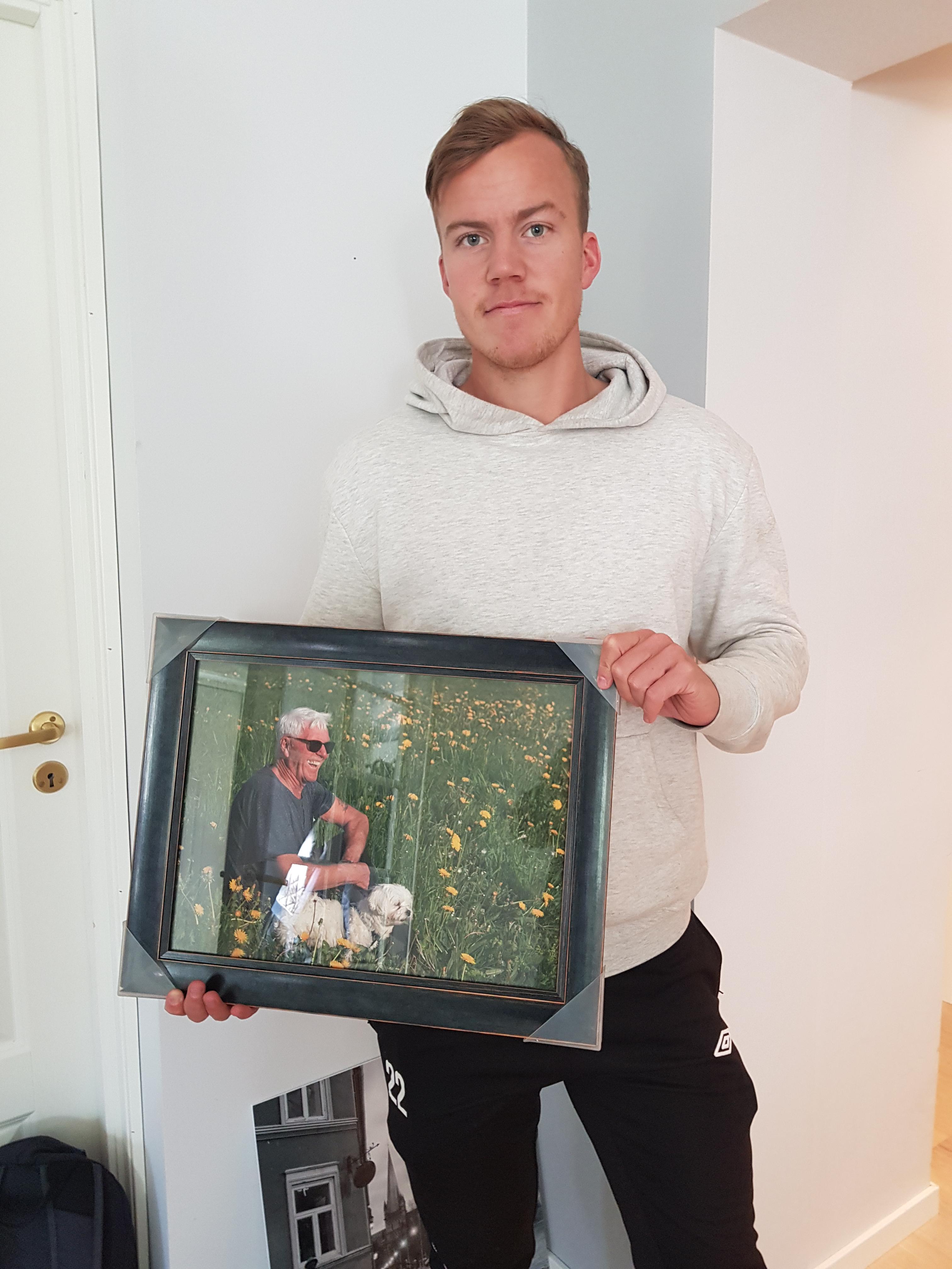 ERlend Sørhøy med bildet av bestefar Svein